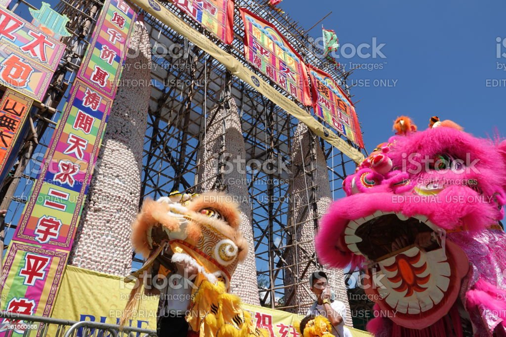 Lion dance at Hong Kong's Cheung Chau Bun Festival May 22, 2018, Hong Kong: Performers are giving a lion dance performance during Hong Kong's Cheung Chau Bun Festival, which is listed as an intangible part of China's cultural heritage. Bun mountains with handmade buns are also set up. Ancient Stock Photo