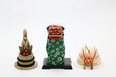 Lion dance(Shishimai), round rice cake(Kagamimochi), and bamboo(kadomatsu).