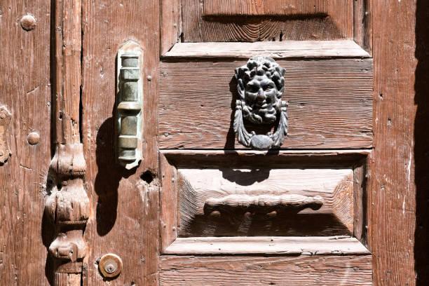 lion türgriff auf der holztür - altes schmuckkunsthandwerk stock-fotos und bilder