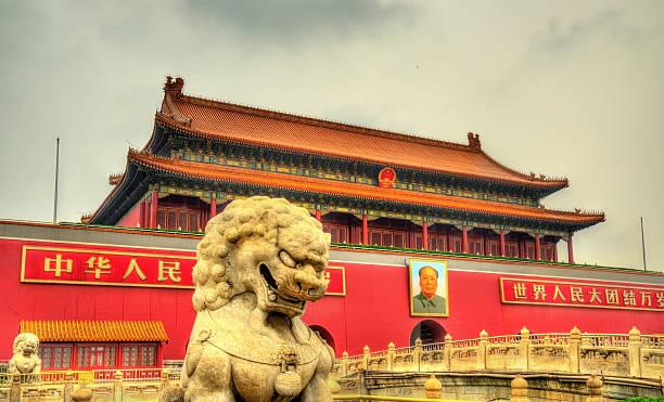 lion vor dem tor in peking, china - engelportal stock-fotos und bilder