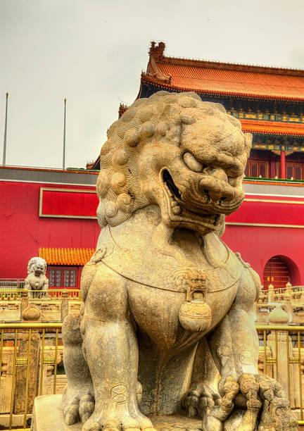 löwe vor dem tor in peking - engelportal stock-fotos und bilder