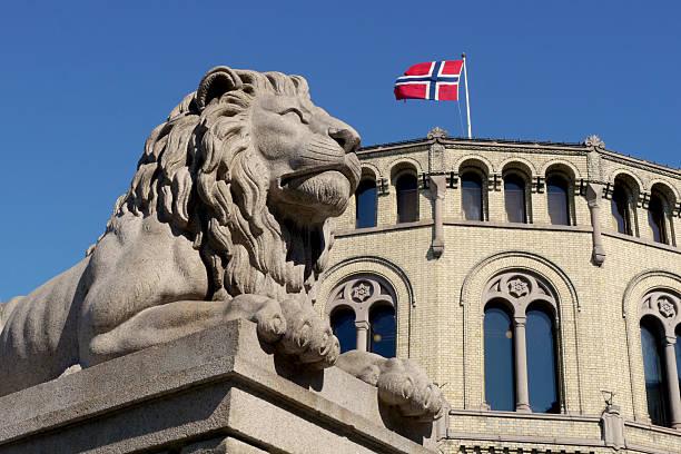 lion außerhalb der norwegische parlament - norwegen fahne stock-fotos und bilder