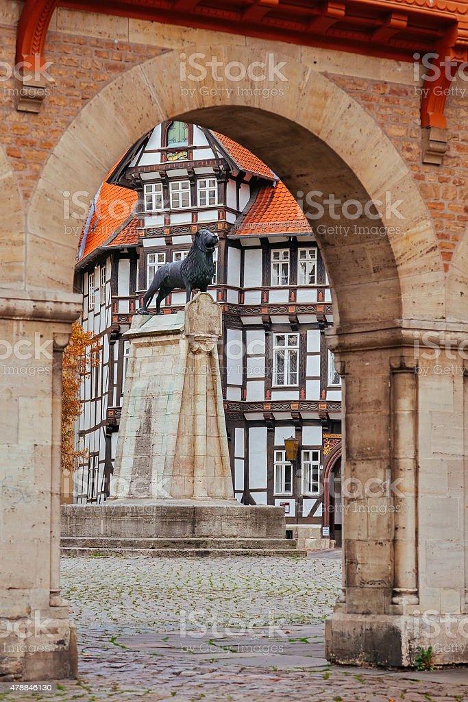 Löwen-statue und das alte Holz-Haus in Braunschweig Terrasse – Foto
