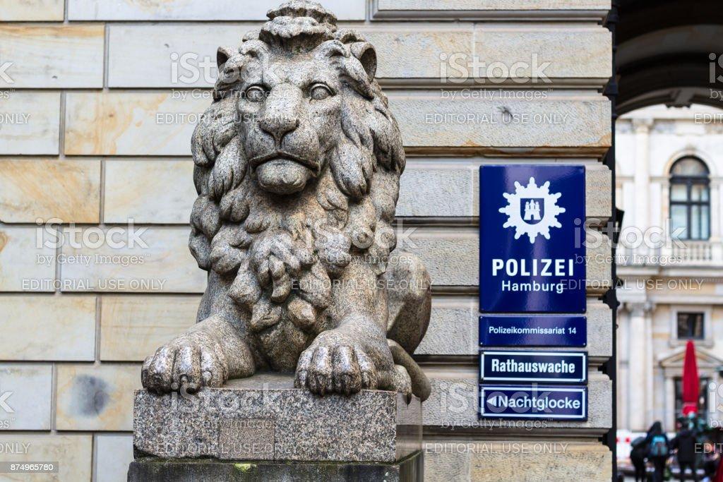 Löwenstatue An Polizeistation In Der Nähe Von Hamburger Rathaus