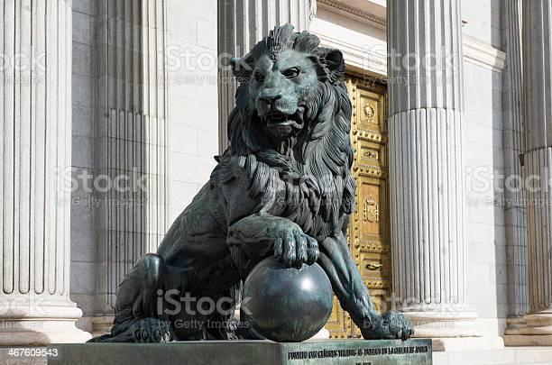 Löwenstatue Außerhalb Der Spanischen Kongress In Madrid Stockfoto und mehr Bilder von Amerikanischer Kongress