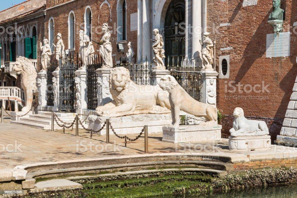 estátuas de leão na Porta Magna no Arsenal de Veneza - foto de acervo