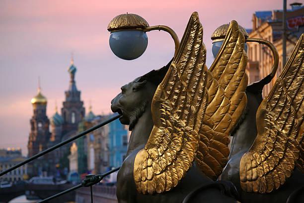 lions of the bank bridge, saint-petersburg - sint petersburg rusland stockfoto's en -beelden