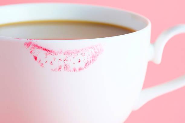 Pintalabios marca en una taza de café. - foto de stock