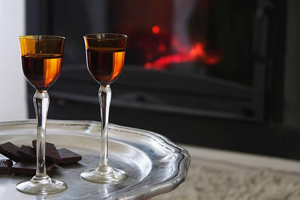 likör, chocolat und kamin - schokolikör stock-fotos und bilder