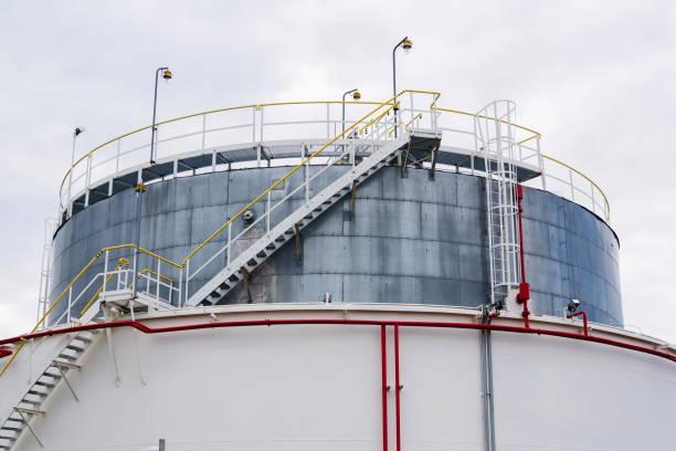 Flüssigkeits-und Flüssiggas-oder Ölspeicher, Halter, Behälter, dramatischer Himmelskörper – Foto