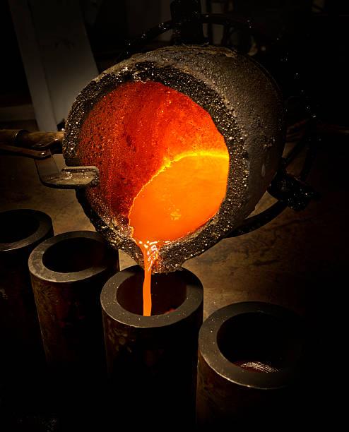 liquide en fusion industrie sidérurgique - plomb en métal photos et images de collection