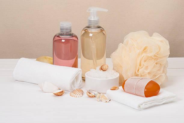 мыло dispenser, ароматическая ванна соли и другие туалетные принадлежности - rbg стоковые фото и изображения