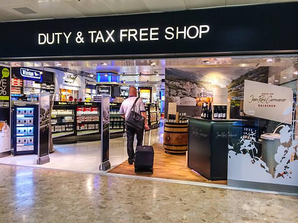 liquori e tabac negozio duty free all'aeroporto di ginevra - cigarettes in duty free foto e immagini stock