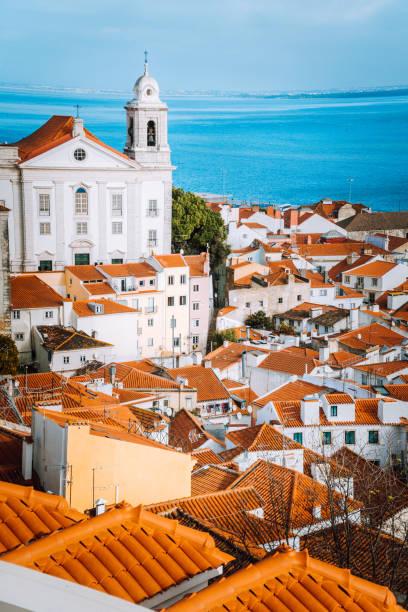 lissabon, alfama viertel mit orange dachziegel und weiße wände, portugal - lissabon reise stock-fotos und bilder