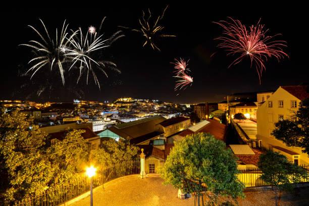 Lisboa à noite, com fogos de artifício: vista do Miradouro Bairro Alto para o Castelo de San Jorge e Alfama bairro do castelo, Portugal - foto de acervo