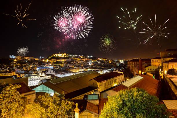 Lissabon bei Nacht mit Feuerwerk: Blick vom Miradouro Bairro Alto auf der Burg Castelo de San Jorge und Alfama Viertel, Portugal – Foto
