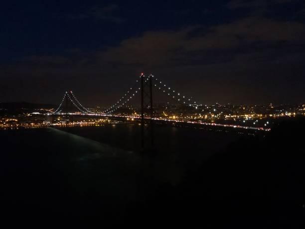 lissabon bei nacht - brücke 25. april - messias stock-fotos und bilder