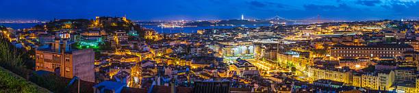 panorama de centro de vista da cidade de lisboa referências waterfront iluminada ao anoitecer portugal - cristo rei lisboa imagens e fotografias de stock