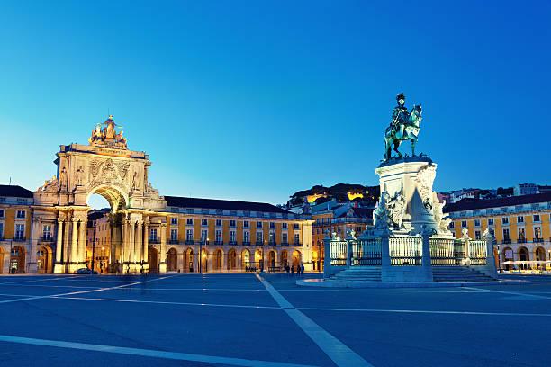 lisbona city gate al commercio square, portogallo - lisbona foto e immagini stock