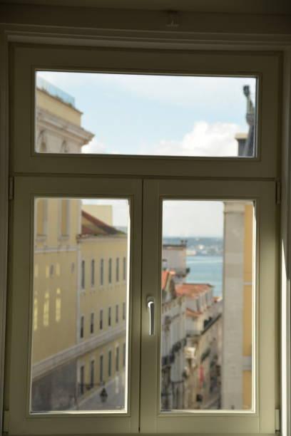 Lisboa desde una ventana - foto de stock