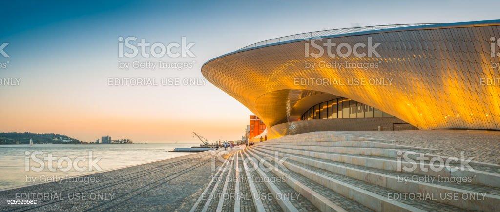 Lissabon-MAAT Museum Kunst Galerie Tagus Waterfront Sonnenuntergang Panorama Portugal – Foto