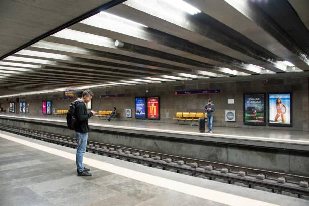 Lissabon Metro Reisende mit Gepäck – Foto