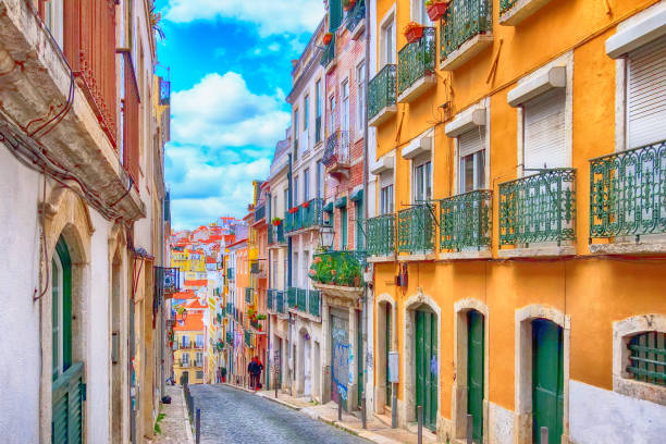 lizbona, portugalia widok na ulicę miasta - lizbona zdjęcia i obrazy z banku zdjęć