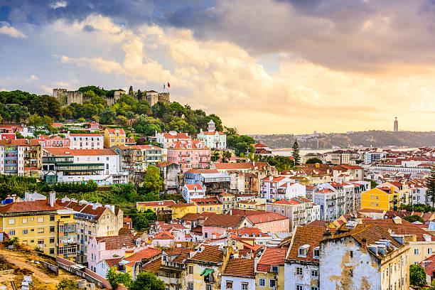 lisbona, portogallo, vista sullo skyline e castle - lisbona foto e immagini stock