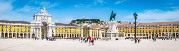 lissabon praca comercio wahrzeichen quadratische touristischen massen panorama portugal - lissabon reise stock-fotos und bilder