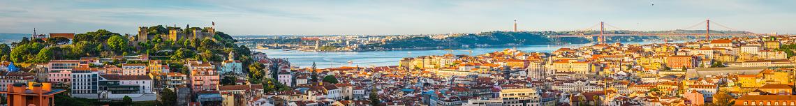 Lisbon Sunrise Super Panorama Across Castelo Baixa And Bridge Portugal - zdjęcia stockowe i więcej obrazów Alfama