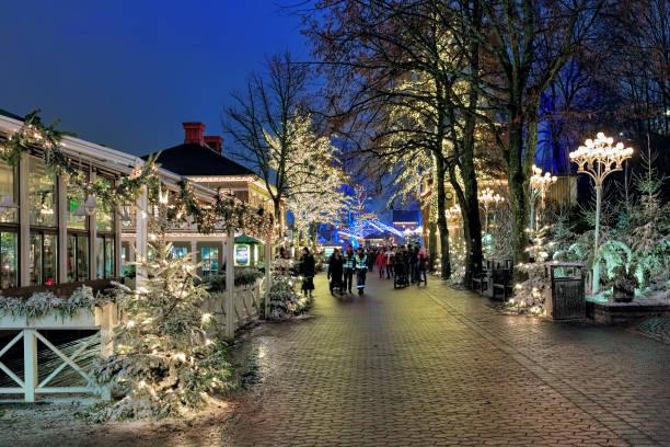 nöjesparken liseberg med juldekoration i göteborg - liseberg bildbanksfoton och bilder