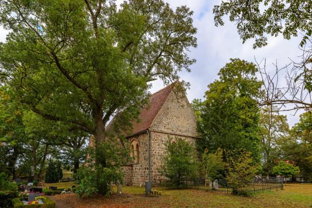 denkmalgeschützte kirche und kirchhof in kargow (blick von süden) - nationalpark müritz stock-fotos und bilder
