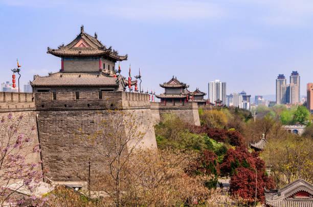 listade historiska stadsmuren i den gamla kejserliga staden i xi'an - befästningsmur bildbanksfoton och bilder