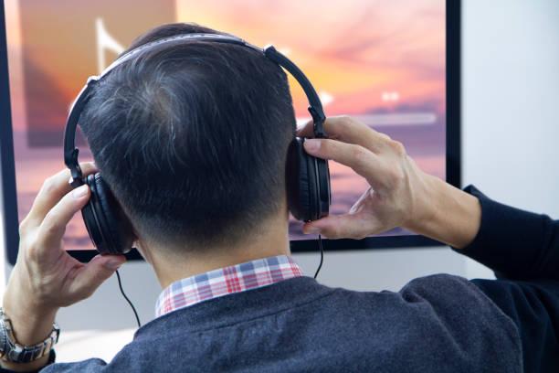 lyssna på musik strömmande underhållning - stay tuned bildbanksfoton och bilder