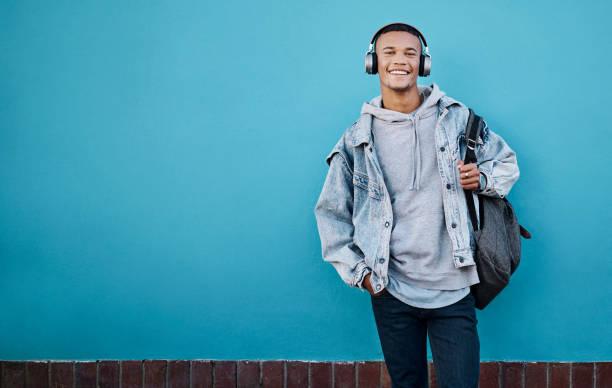 ouvir uma boa música e obter as boas vibrações vai - lifestyle color background - fotografias e filmes do acervo