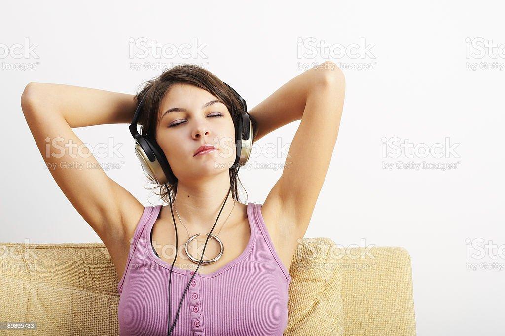 Escuchar música foto de stock libre de derechos
