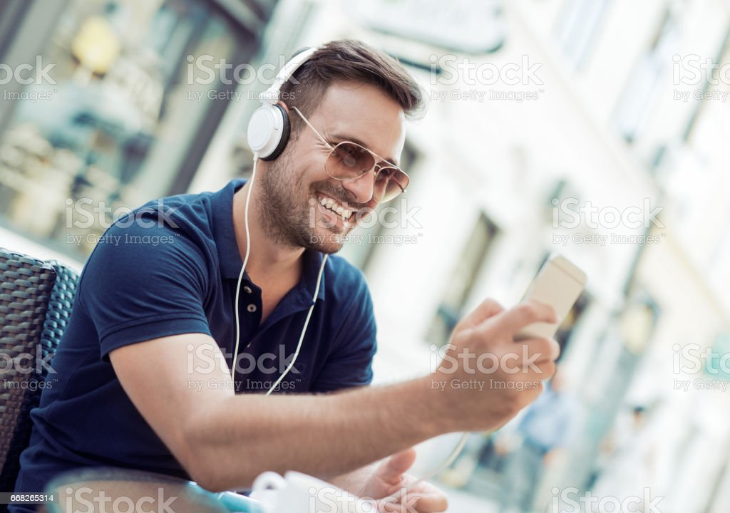 Listening to music foto stock royalty-free