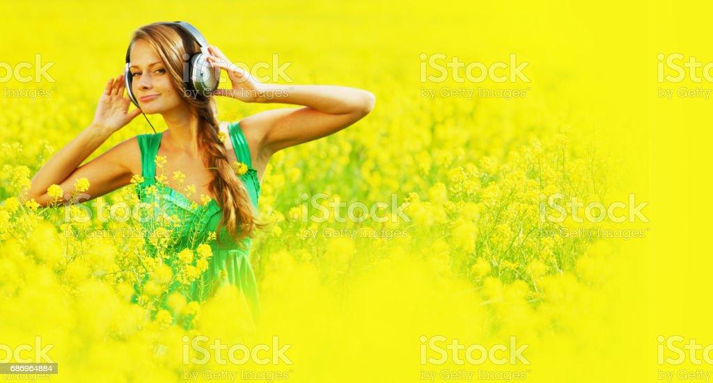 listening to music Lizenzfreies stock-foto