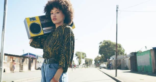 słuchanie dźwięków ulic - kultura młodości zdjęcia i obrazy z banku zdjęć