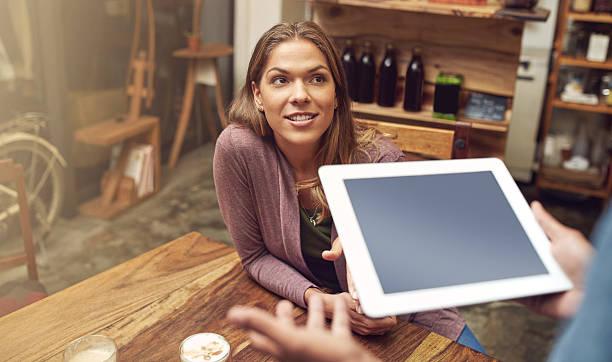 hören sie die angebote des tages - tablet mit displayinhalt stock-fotos und bilder