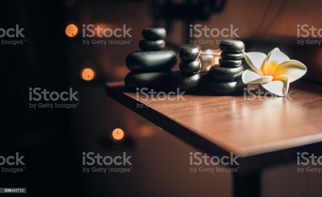 Beleuchtung Kerzen und Schwarz massage Steine im Zen spa – Foto