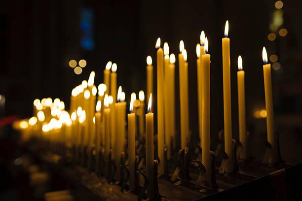beleuchtung kerzen in der kirche oder auf der innenseite an weihnachten - russisch orthodoxe kirche stock-fotos und bilder