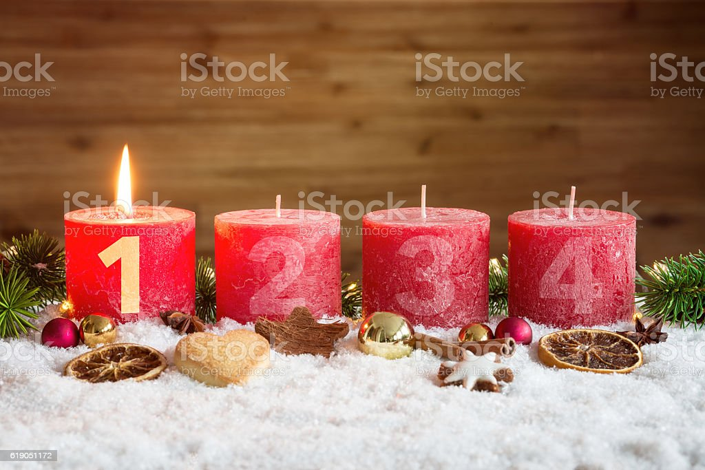 Lit first advent candle in snow – Foto