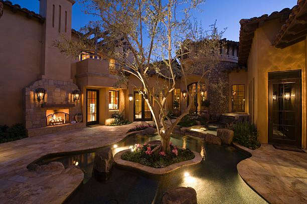 oświetlone dom i staw w courtyard - staw woda stojąca zdjęcia i obrazy z banku zdjęć
