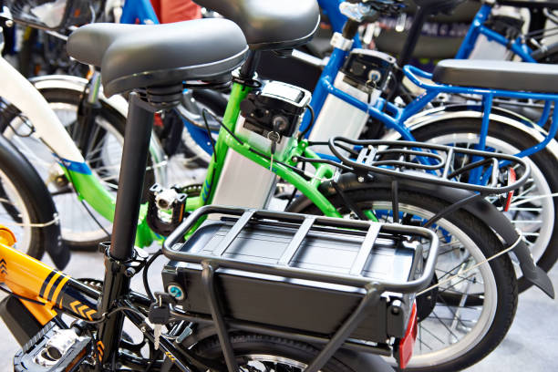 lithium-ionen-akku auf dem fahrrad - elektrorad stock-fotos und bilder