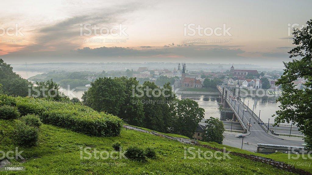 Lituania. Kaunas Old Town en la niebla. Vista desde Aleksotas foto de stock libre de derechos