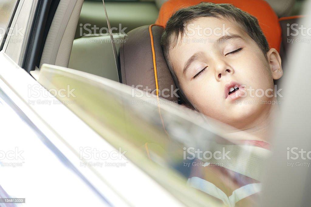 Kleine Junge schläft in sicheren Stuhl Auto – Foto