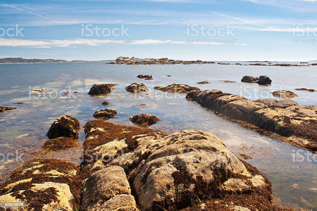 Litoral de la isla de Areoso El la de en Ría de Arousa - foto de stock