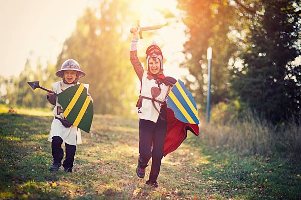 litte knights ladestation - mittelalterliche ritter stock-fotos und bilder