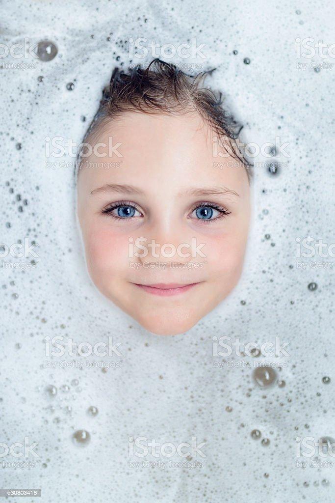 wenig Blondes Mädchen Look durch Bad-Schaum – Foto